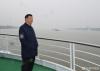 习近平总书记从荆州港码头登上轮船,沿长江进行考察。