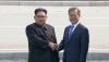 这张4月27日的视频截图显示,朝鲜最高领导人金正恩(左)在板门店与韩国总统文在寅握手。新华社/路透