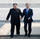 4月27日,朝鲜国务委员会委员长金正恩(左)在板门店跨过军事分界线,受到等候在那里的韩国总统文在寅的欢迎。新华社发