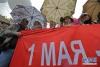 """5月1日,在俄罗斯圣彼得堡的涅瓦大街,人们冒雨参加""""五一""""游行,庆祝""""五一""""国际劳动节。新华社发(莫京娜摄)"""