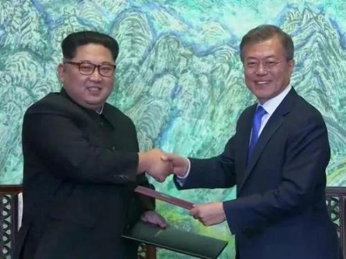 ▲金正恩与文在寅签署《板门店宣言》后,握手合影留念。