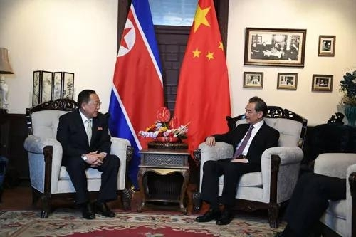 ▲2018年4月3日下午,国务委员兼外交部长王毅会见正在北京过境的朝鲜外相李勇浩。(中国外交部网站)