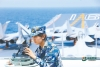哈萨克族女兵加德热拉·哈布力利用陀螺仪观察海空情况。