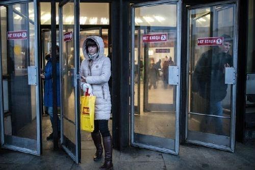 中国侨网资料图:在俄罗斯首都莫斯科,一位市民走出地铁站。(新华社/卫星社)