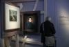 5月3日,在德国特里尔的莱茵流域州立博物馆,一名参观者观看马克思主题展。新华社记者单宇琦摄