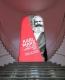 5月3日,在德国特里尔的莱茵流域州立博物馆,一名参观者在马克思主题展入口处用手机拍照。 新华社记者单宇琦摄