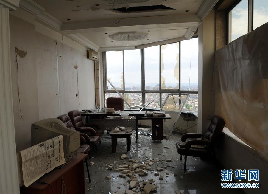 """这是5月9日在叙利亚大马士革的""""大马士革塔""""商务大楼里拍摄的受损房间。"""