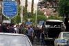 5月9日,在叙利亚首都大马士革市北部的迈萨特广场,人们聚集在遭炮弹袭击的地点。