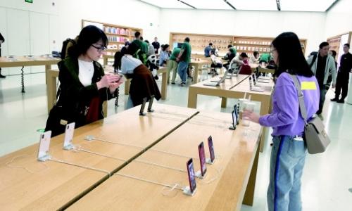 岛城消费者在苹果专卖店内选购商品