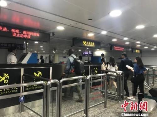 广州海关严格卫生检疫防控登革热疫情传入 郭军 摄