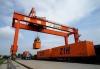 在郑州铁路集装箱中心站,工作人员使用大型门吊为中欧班列(郑州)装载货物(2017年8月2日摄)。 新华社记者 李安 摄