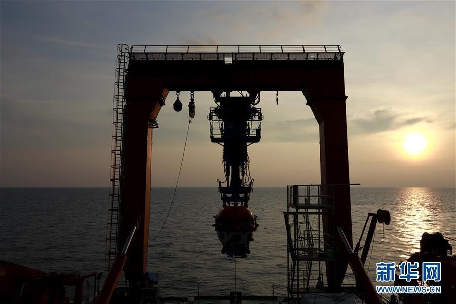"""5月20日清晨,""""深海勇士""""号回到科考母船""""探索一号""""。"""