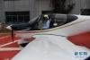 5月21日,GA20首架机滑跑演示后,试飞员准备出舱。