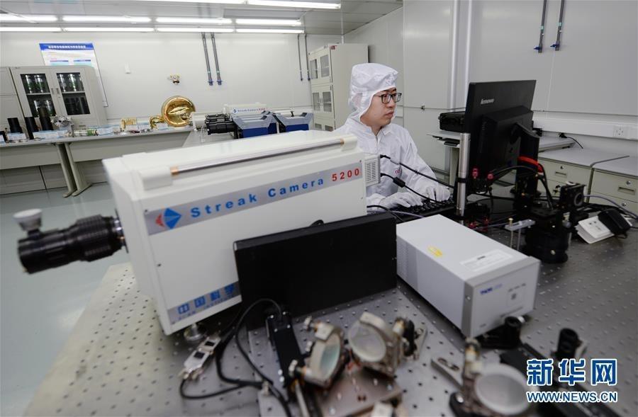5月22日,中国科学院西安光学与精密机械研究所的科研人员对条纹相机的时间分辨特性进行标定。