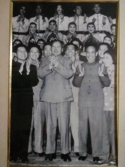 1964年1月11日,毛泽东在人民大会堂接见陆春龄(图/解放日报)