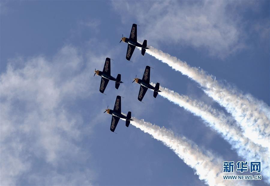 5月24日,航空运动爱好者在进行特技飞行表演。