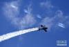 5月24日,航空运动爱好者在进行特技飞行表演。 新华社记者李安 摄