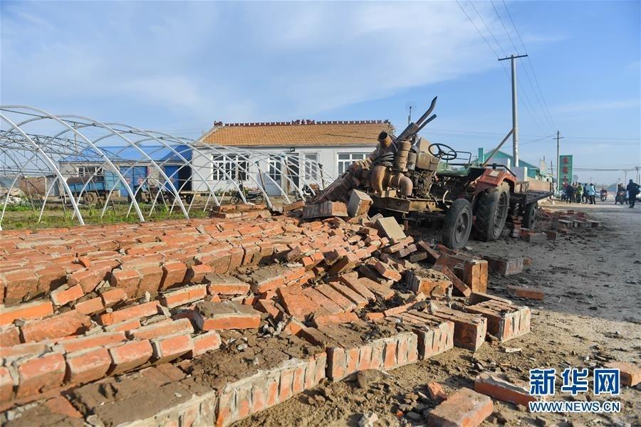 松原城区震感强烈在吉林省松原市宁江区毛都站镇牙木吐村,部分围墙在地震中倒塌(5月28日摄)。