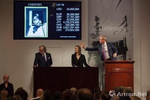 拍卖师兼全球总裁Jussi Pylkk?nen在战后及当代艺术拍卖会上。图片:courtesy of Christiechr