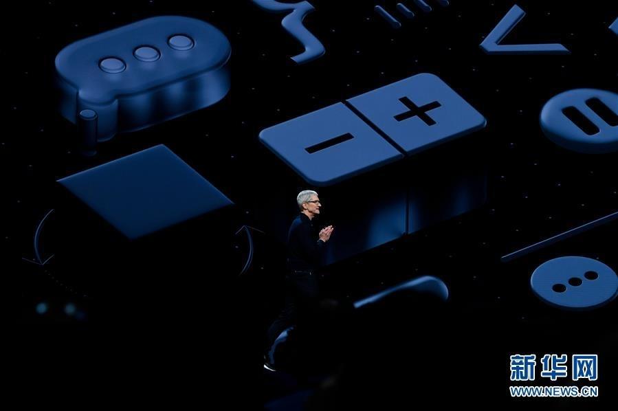 6月4日,在美国加利福尼亚州圣何塞,苹果公司首席执行官蒂姆·库克在全球开发者大会上介绍情况。