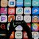 6月4日,在美国加利福尼亚州圣何塞,一名与会者在苹果公司全球开发者大会上拍摄。