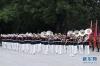 这是6月6日在欢迎仪式上拍摄的行进乐队。作为欢迎仪式中的重要一环,军乐团队列行进表演也进行了多项改进。最为明显的是行进乐队的服装变化:由原来红色上衣、白色长裤、金色腰带改为藏蓝色上衣、白色长裤、白色皮鞋、白色腰带和佩章。  新华社记者 丁林 摄