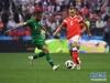 6月14日,俄罗斯队球员切里舍夫(右)与沙特阿拉伯队球员布莱克在比赛中拼抢。