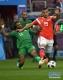 6月14日,俄罗斯队球员萨梅多夫(右)与沙特阿拉伯队球员沙赫拉尼在比赛中拼抢。