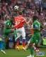 6月14日,俄罗斯队球员久巴(中)与沙特阿拉伯队球员奥斯曼在比赛中拼抢。