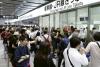 6月18日,在日本大阪,人们在新干线恢复运行后排队买票。新华社/美联