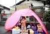 6月18日,在日本大阪,儿童在地震后撤离到屋外的临时帐篷里。新华社/路透