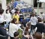 6月18日,在日本大阪,一辆供水车向受灾居民提供饮用水。新华社/美联