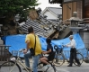 6月18日,在日本大阪,行人望向倒塌的房屋。新华社/法新