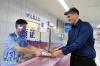 6月25日,德国籍学生拉尔夫在福州长乐国际机场的福州市公安局出入境管理处口岸签证窗口领取口岸入境实习签证。
