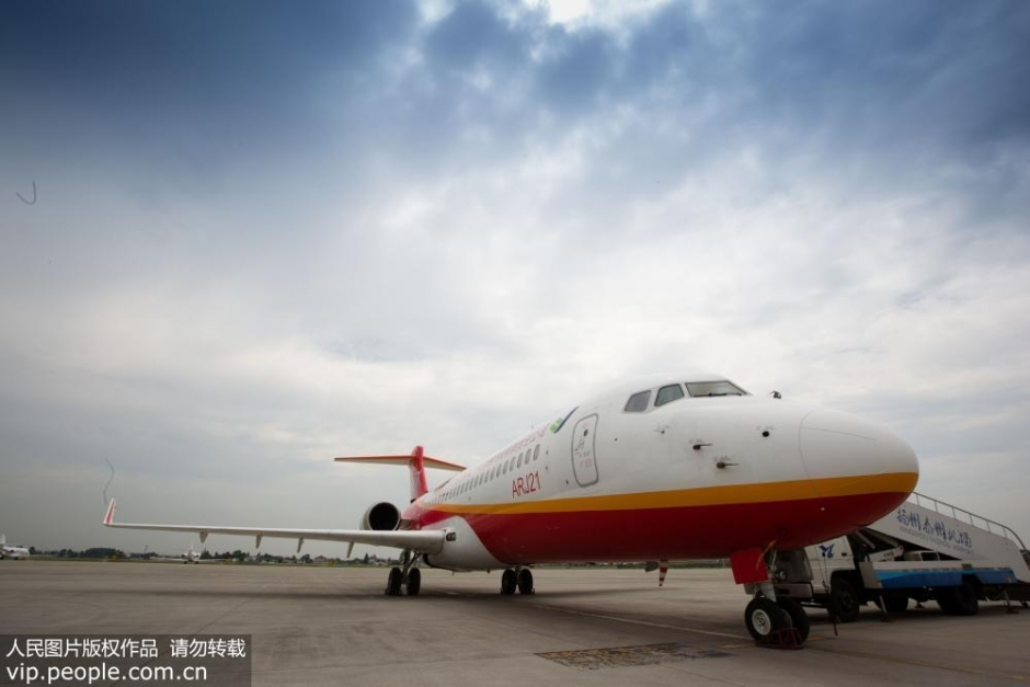 """中国首架拥有自主知识产权民用支线飞机""""翔凤""""抵达扬州【1】"""