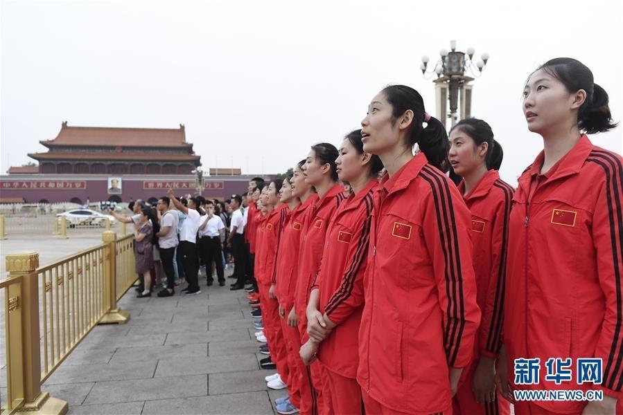 7月4日,中国女排球员朱婷(前左)、袁心玥(前右)等在升国旗仪式上。