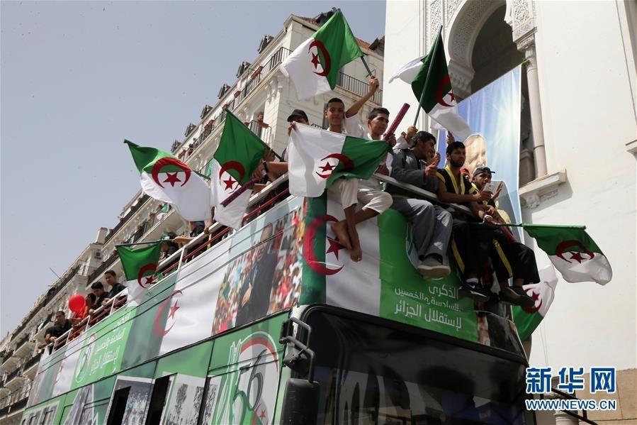 7月5日,在阿尔及利亚首都阿尔及尔,民众挥舞国旗庆祝国家独立56周年。