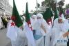 7月5日,在阿尔及利亚首都阿尔及尔市中心,身着民族服饰的妇女举行集会庆祝国家独立56周年。