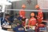 7月8日,在泰国普吉,中国交通运输部广州打捞局救援队成员(橘色衣服)与泰方人员讨论搜救方案。
