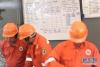 7月8日,在泰国普吉,中国交通运输部广州打捞局救援队成员参与救援。