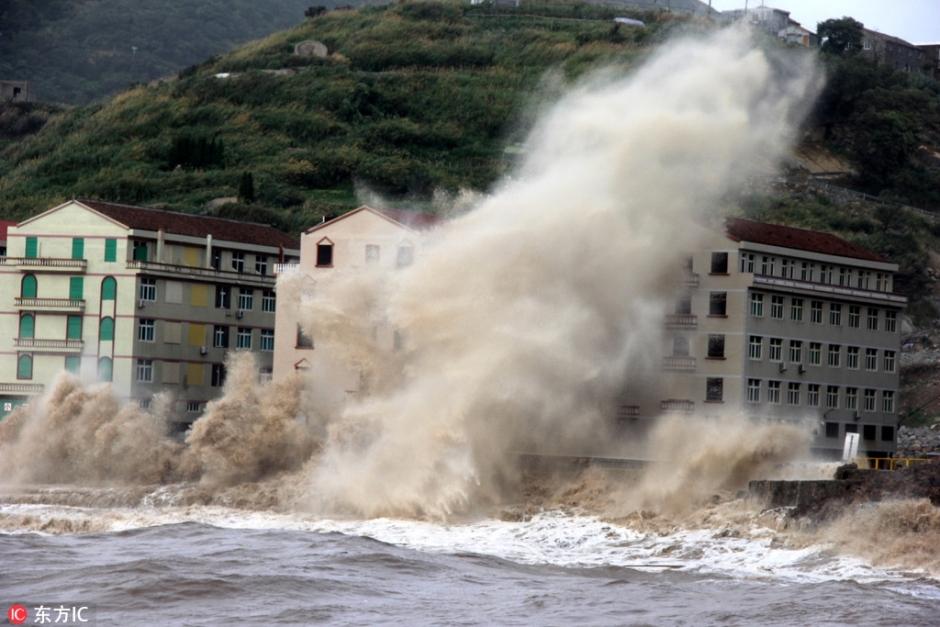 """受台风""""玛莉亚""""影响 浙江温岭海岸掀起十多米高巨浪【1】"""