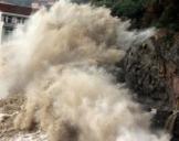 """受台风""""玛莉亚""""影响 浙江温岭海岸掀起十多米高巨浪"""