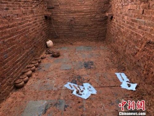 经过两天发掘,古墓陆续出土文物23件。 李玉明 摄