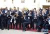 7月16日,法国总统马克龙(中)与法国队成员合影。