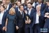 7月16日,法国总统马克龙(前左三)和夫人布丽吉特·马克龙(前左二)与法国队成员合影。