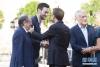 7月16日,法国队队长洛里(左二)与法国总统马克龙(右三)握手。