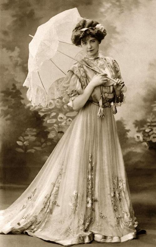 身穿淡色服装、携带装饰华丽的遮阳伞是维多利亚时代女性的典型形象