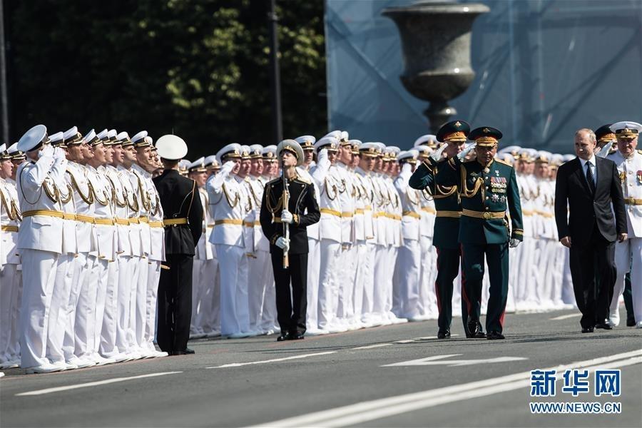 7月29日,在俄罗斯圣彼得堡,俄罗斯总统普京(右)检阅部队。