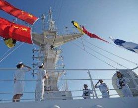 和平方舟在南太平洋举行庆祝建军91周年隆重升旗仪式