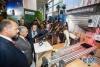 4月18日,在马来西亚普特拉贾亚,马来西亚总理马哈蒂尔(左二)在5G技术展上参观华为展台。 由马来西亚通信与多媒体部主办的马来西亚5G技术展18日在该国行政首都普特拉贾亚开幕,会上展出了5G通信和应用技术,华为等中国企业参展。 新华社记者 朱炜 摄